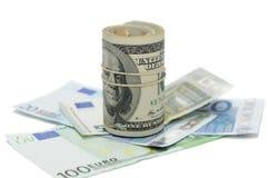 Пачка долларовых банкнот изолированных на белой предпосылке Стоковое фото RF