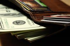 Пачка долларов в ваших карточках бумажника и банка Стоковое Изображение