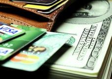 Пачка долларов в ваших карточках бумажника и банка Стоковые Изображения