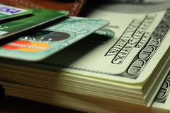 Пачка долларов в ваших карточках бумажника и банка Стоковые Фото