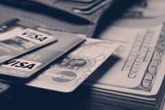 Пачка долларов в ваших карточках бумажника и банка Стоковое фото RF