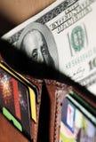Пачка долларов в ваших карточках бумажника и банка Стоковая Фотография