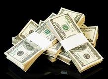 Пачка долларов изолированных на черной предпосылке Стоковое Фото