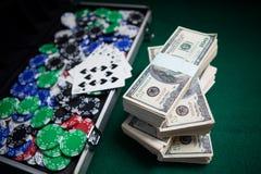 Пачка долларов США, играя карточек и казино откалывает на таблице покера Стоковое Изображение RF