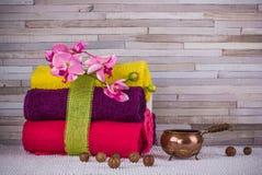 Пачка полотенец и гаек макадамии Стоковая Фотография RF