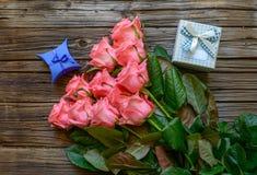 Пачка роз и подарков на таблице Стоковое Фото