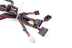 Пачка силовых кабелей для компьютерной технологии на белом backgro Стоковое Изображение