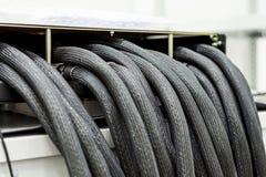Пачка толстых кабелей в пластичной оболочке Много кабели входят коробку распределения Стоковые Изображения RF