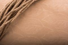 Пачка linen веревочки в коричневой предпосылке Стоковая Фотография