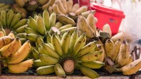 Пачки зрелых бананов для продажи в азиатских рынках fruits тропическо стоковая фотография