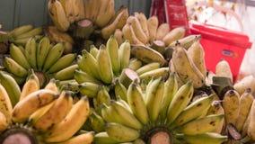 Пачки зрелых бананов для продажи в азиатских рынках fruits тропическо стоковые изображения rf