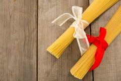 Пачки сырцовых спагетти связанных с лентами Стоковое Изображение RF