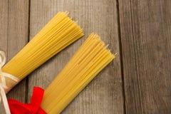 Пачки сырцовых спагетти связанных с лентами Стоковое Изображение