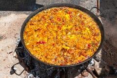 Паэлья морепродуктов Национальное испанское блюдо паэлья в большом skillet сварено на открытом огне, на коле стоковые изображения rf