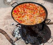 Паэлья морепродуктов Национальное испанское блюдо паэлья в большом skillet сварено на открытом огне, на коле стоковое изображение rf