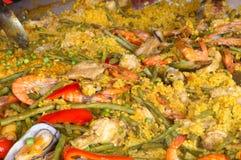 Паэлья морепродуктов на гигантской сковороде стоковые фото