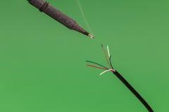 Паять медную проволоку на зеленой предпосылке Стоковые Изображения RF
