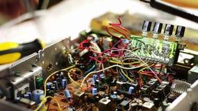Паяя электроника на монтажной плате видеоматериал