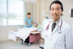 Палата доктора В при медсестра давая диализ Стоковая Фотография