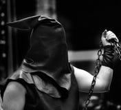 Палач с черным клобуком на его голове и цепи Стоковое фото RF