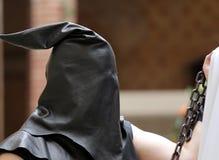 Палач с черным клобуком на его голове и цепи Стоковые Изображения