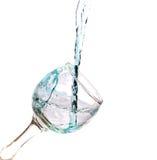 Падая вода в стекле на белизне Стоковое Изображение RF