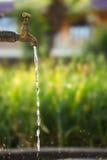 падая вода из крана Стоковые Изображения RF