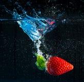 падая вода клубники Стоковая Фотография