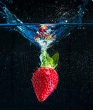 падая вода клубники Стоковые Фотографии RF