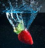 падая вода клубники Стоковое Изображение RF