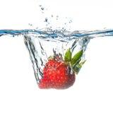 падая вода клубники Стоковое Изображение