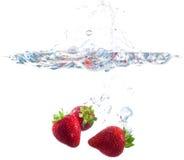 падая вода клубник Стоковое Изображение