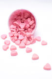 Падая конфета сердца в розовых бумажных стаканчиках точки польки Стоковые Изображения RF