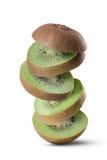 Падая куски плодоовощ кивиа на белизне Стоковое Изображение