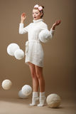 Падая пасма. Удивленная женщина в шерстяном связанном Джерси с белыми шариками пряжи Стоковые Изображения RF
