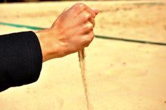 Падая песок от руки Стоковое Изображение RF