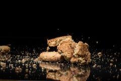 Падая печенья на черной предпосылке Стоковые Изображения RF