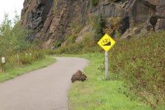 Падая утес и холм велосипед знак на серебряной скале заводи в северном Minnnesota Стоковое Фото
