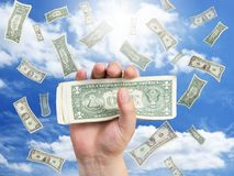 падая деньги руки Стоковое Фото