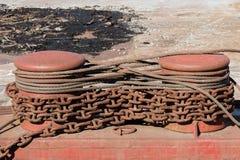 2 пала металла с ржавыми цепями и кабелями Стоковые Фото