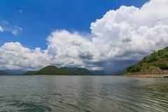 Падение воды в глубокий лес Таиланд стоковая фотография