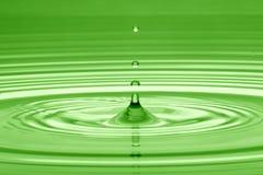 Падение воды в зеленом цвете Стоковые Изображения