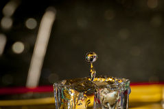 Падение воды в малом стекле Стоковая Фотография RF