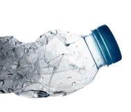 Падение воды в переплетенной пластичной бутылке Стоковая Фотография