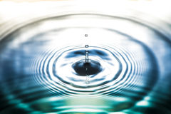 Падение воды в предпосылке природы Стоковое Фото