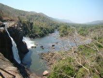Падение воды и взгляд реки от горы стоковое изображение