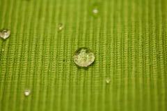 Падение воды макроса на покрашенной ткани Стоковые Изображения RF