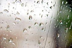 Падение воды на стеклянной стене Стоковая Фотография