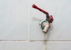 Падение воды от водопроводного крана Стоковая Фотография