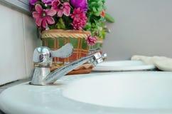 Падение воды от водопроводного крана Стоковое Фото